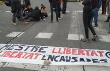 Manifestants tallen la circulació de la Plaça Imperial Tarraco a Tarragona contra l'empresonament de Pablo Hasel