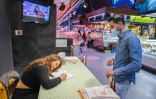La cuinera Gessamí Caramés signa llibres als Mercats de Tarragona