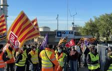 Mig centenar de treballadors d'IQOXE protesten per reclamar més personal