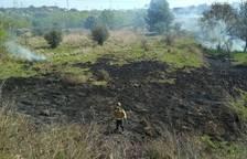 Extingit l'incendi de vegetació que ha tallat l'AP-7 a Constantí durant més de tres hores