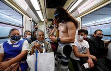 Mascaretes a la força: lluitadors mexicans les reparteixen al metro