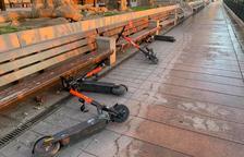 Patinets d'Spin llençats a terra al passeig de les Palmeres.