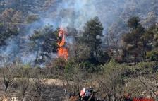 Els Bombers mantenen dos unitats de retén a la serra incendidada de Senan