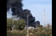 L'incendi d'un contenidor amb residus plàstics, origen de la columna de fum al Polígon Sud