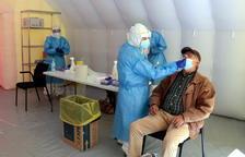 Una de las personas que ha acudido a hacerse la PCR en la criba masiva a la Zona Alta de Lleida.