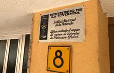 Retiren les plaques franquistes de tretze edificis d'habitatges de Sant Carles de la Ràpita