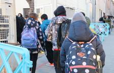 Varios alumnos entrando en la escuela.