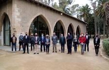 Foto de familia de los representantes de Adifolk, el Ayuntamiento de Tortosa, y algunos grupos participantes, delante de la antigua Llotja, en la presentación.