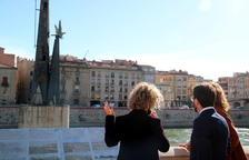 El vicepresidente Pere Aragonès, la consejera|consellera de Justicia Ester Capilla y la alcaldesa de Tortosa Meritxell Roigé, de espaldas, mirando el monumento franquista desde el paseo del Ebro.
