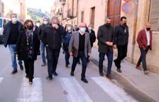 El alcalde de Roquetes, Paco Gas, yendo de la sede de ERC al juzgado de lo penal de Tortosa acompañado de otros representantes del partido.
