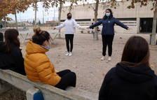 Un grupo de jóvenes siguiendo las indicaciones y recomendaciones anticovid de dos alumnas del Instituto de Alcanar.