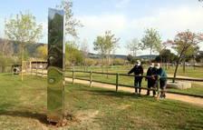 El monolito de acero inoxidable instalado en el parque de los Estanys.