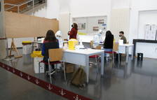 Estudiantes y profesorado de la Universitat de Lleida durante el cribado masivo.