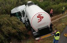 Un camión cisterna sale de la vía en la C-14 en Alcover