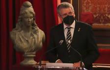 El alcalde de Tarragona, Pau Ricomà, con el busto de la representación de la Segunda República, durante el acto institucional.