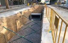 Instalan un colector de agua en la calle Carles Buïgas de Salou para mejorar la capacidad de desagüe de aguas pluviales