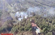 Els Bombers treballen per apagar incendis de vegetació a Mont-roig del Camp i a Paüls