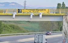 Aparecen muñecos de ERC, JxCat y la CUP colgados en varios puentes de la C-17 y la C-25