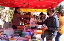 Parades de llibres i roses sense aglomeracions en una Diada atípica al Parc Sant Jordi de Reus