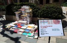 Vila-seca se engalana con esculturas hechas con libros en desuso por Sant Jordi