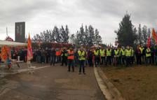 Pla general de centenars de treballadors d'Idiada Automotive protestant a les portes del centre de Santa Oliva