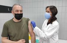 Imatge d'una persona posant-se la vacuna a Calafell.