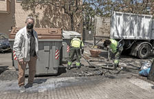 Jornet, amb un dels contenidors cremats mentre el substituïen.