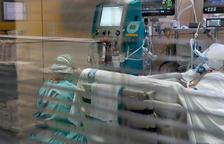 Una infermera mirant-se una màquina amb el filtre Seraph 100 després de ser utilitzat per filtrar la sang d'un pacient amb covid-19 ingressat a l'UCI de Vall d'Hebron.
