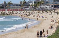 Bañistas en la playa del Miracle.