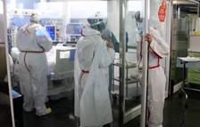 Profesionales sanitarias atendiendo a un paciente ingresado en la UCI.