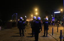 Un dispositiu policial reforçat amb antidisturbis desallotja els botellons del Born i de la Barceloneta