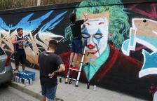 Una seixantena d'artistes pinten el mural de l'avinguda Jocs Olímpics de Reus