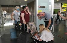 Els retrobaments familiars marquen les arribades dels primers vols de l'Aeroport de Reus