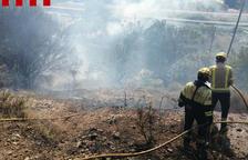 Arden unos 2100 metros cuadrados de matorrales en el Horta del Pimpí