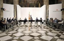 La mesa|tabla presidida por Aragonés con el resto de alcaldes.