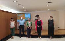 La concejala Montserrat Caelles acompañada de miembros que han participado en el estudio.
