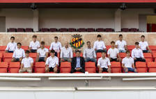 Los catorce jóvenes, en el Nou Estadi, acompañados de Josep Maria Andreu.