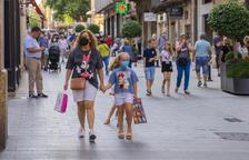 Imatge del carrer Llovera de Reus durant el primer dia de la campanya de rebaixes d'estiu.