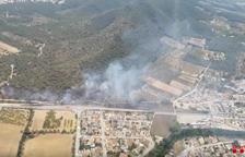 Tallen la C-51 al Vendrell a causa d'un incendi de vegetació