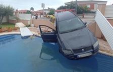 Un coche sufre un accidente y está a punto de caer en una piscina particular en Cunit