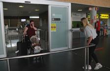 Pla obert d'una família que coneix per primera vegada la seva fillola, aquest dimarts al migdia a la Terminal d'arribades de l'Aeroport de Reus.
