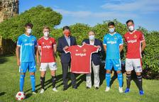 Ribelles, Domingo, Quintanilla i Hernández amb la nova samarreta acompanyats per Josep Maria Andreu i Jordi Fotuny.