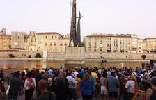 Desenes de persones exigeixen la retirada del monument franquista de Tortosa