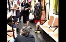 Captura del vídeo donde se puede ver el agresor, con gorra rosa y la víctima, arrodillada.