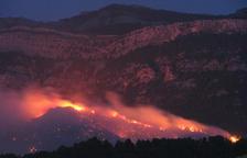 Una de les serralades dels Ports cremant durant l'incendi d'Horta de Sant Joan. Imatge del 23 de juliol del 2009.