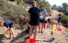 Els joves i els monitors del camp de treball de la Batalla de l'Ebre excavant la línia de trinxeres del Pinell de Brai.