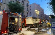Un camión de basura se engancha con los cables eléctricos y deja parte del barrio del Port de Tarragona sin luz