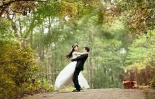 Imatge d'arxiu d'una parella després de la seva boda.