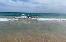 Una embarcación se accidenta en la playa de Altafulla por una avería en el motor