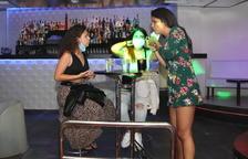 Imatge d'arxiu de tres noies fent un beure a la discoteca Totem de Tarragona.